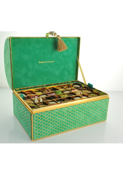 Chest Velvet Box in Emerald 120 Pieces of Assorted Arabic Sweets