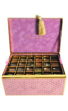 Chest Velvet box in Muscat 3 Layers: 72 pieces of assorted Arabic Sweets and assorted French chocolates