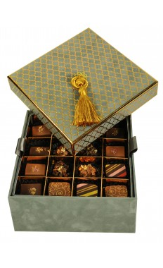 Taupe, 2 layers: 32 pieces of assorted Sugar Free Chocolate